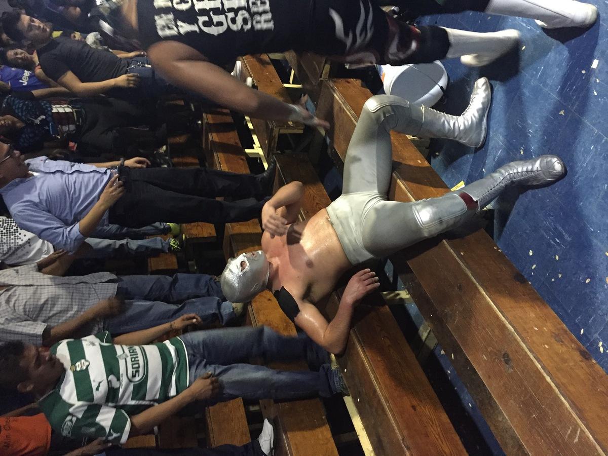 El Santo Junior 'knockeado' por un 'sillazo' que le propinó el bando rudo.