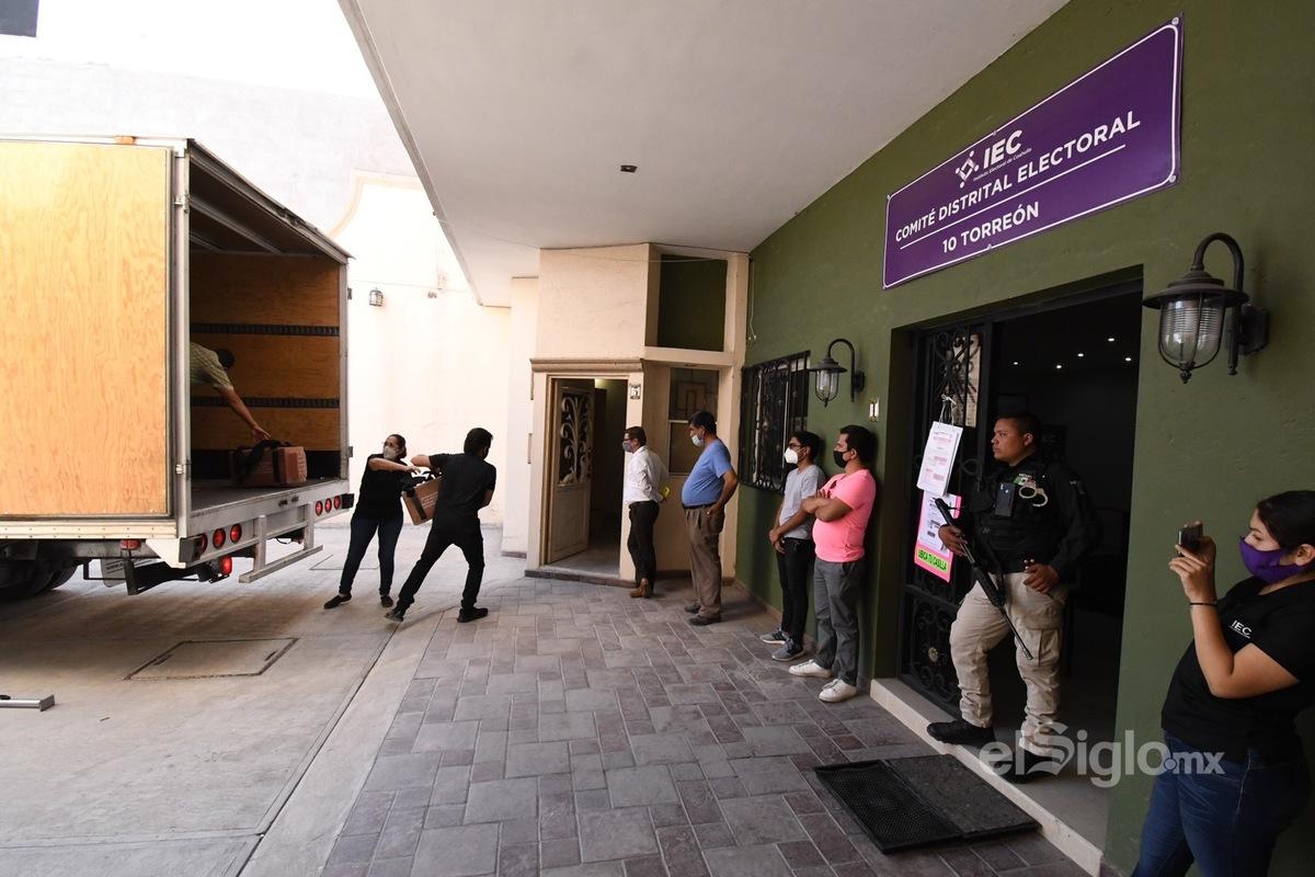 Las elecciones se hacen sí o sí. En la imagen personal del IEC descargando las boletas electorales. Foto: Fernando Compeán