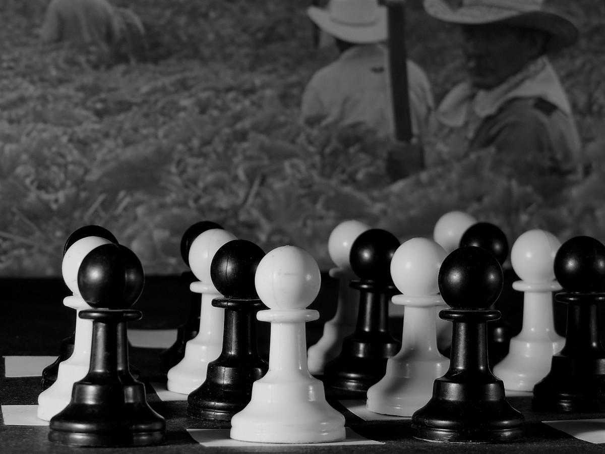 Peón: Solo se puede mover hacia adelante, es la pieza de menor valor relativo, prescindible en la estrategia general.