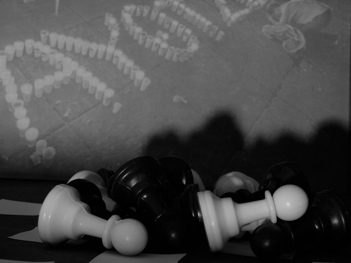 Sacrificio: Se asume la pérdida de piezas buscando una ganancia táctica, no siempre se logra.