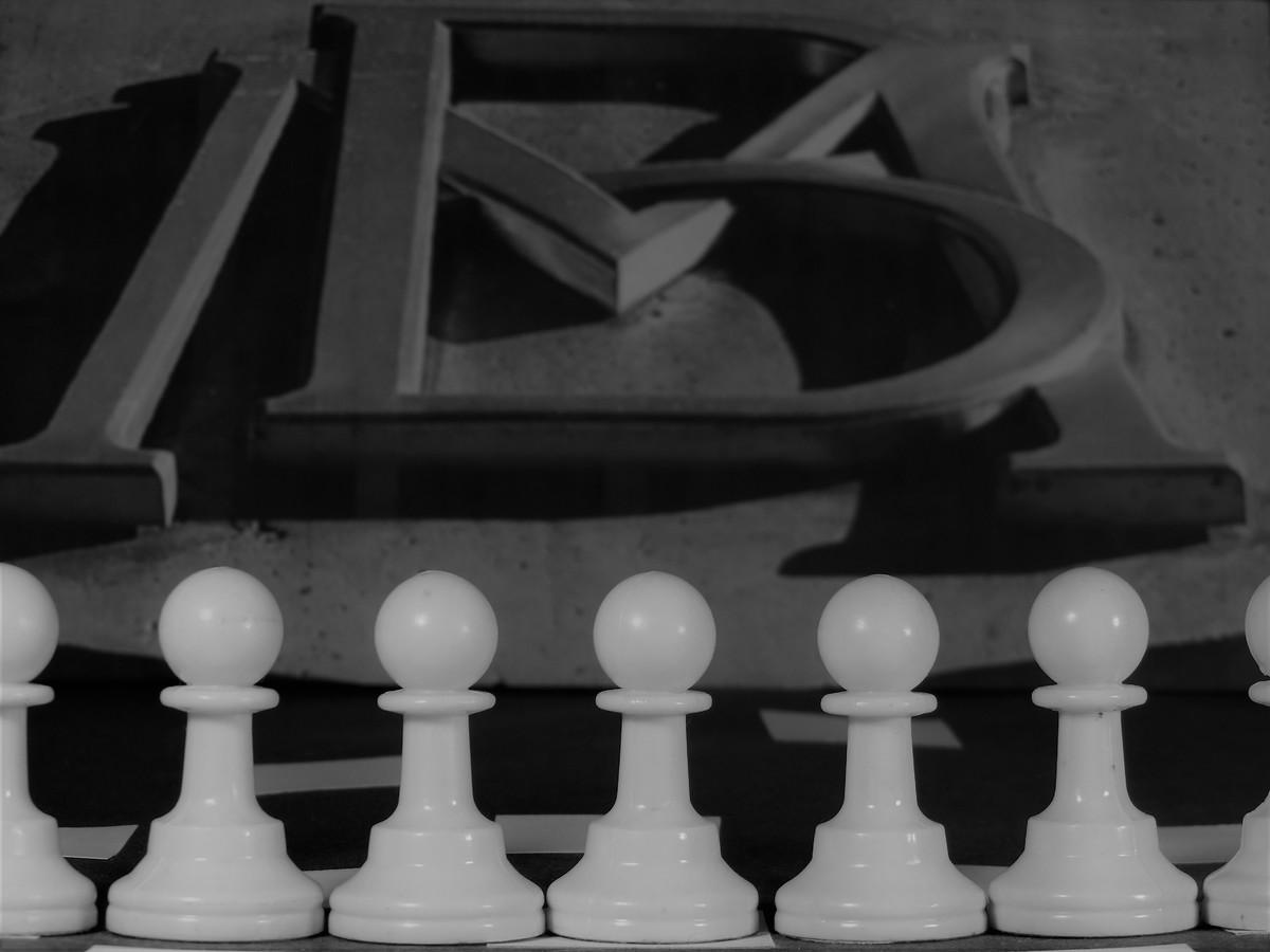 Defensiva: Estrategia para no correr mas riesgos de los necesarios.