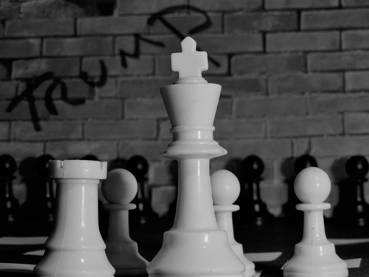 Enroque: Jugada de tinte defensivo donde el rey se encierra con una de sus torres.