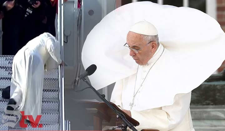 El papa Francisco casi cae de un avión