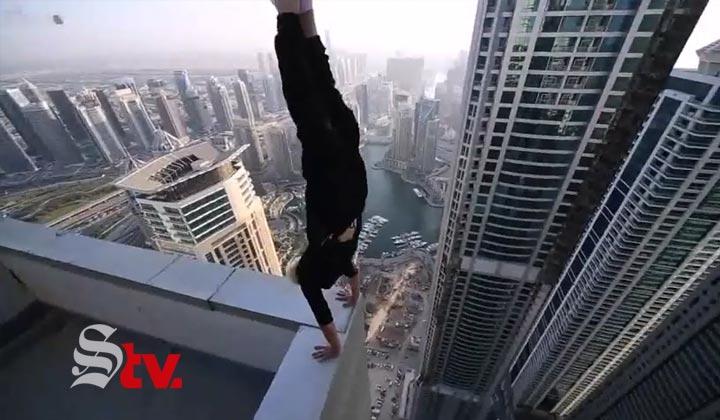 Hombre se 'para de manos' en rascacielos de Dubai