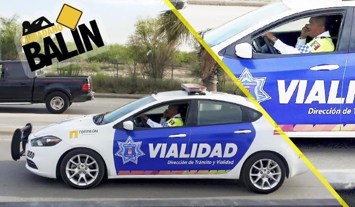 Agente vial de Torreón conduce patrulla con celular en mano