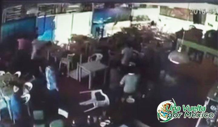 Jóvenes irrumpen en restaurante y golpean a un hombre