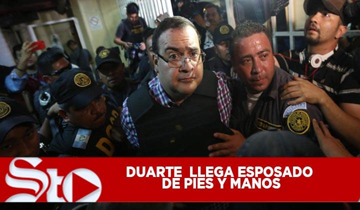 Duarte llega esposado de pies y manos