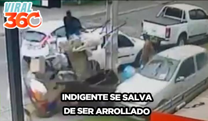 Indigente casi es arrollado por un carro