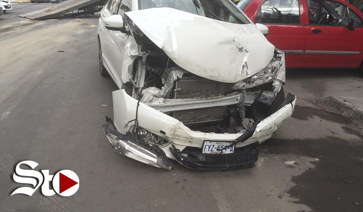 No respeta señal de alto y provoca accidente de tránsito