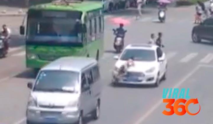 Un niño cruza la calle sin mirar y es arrollado