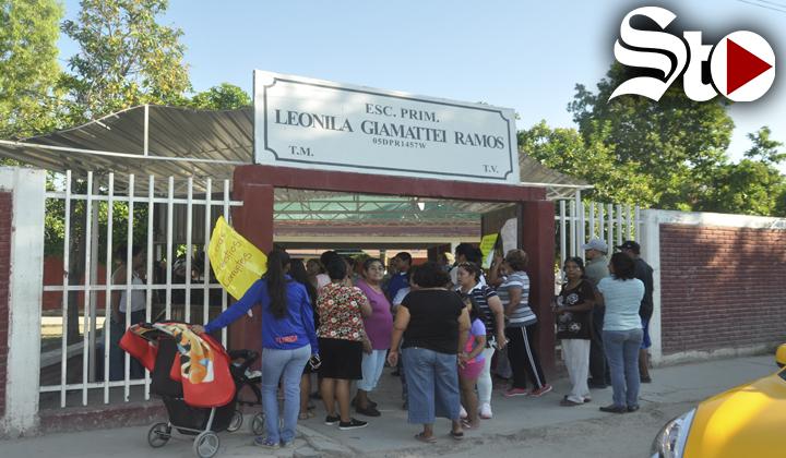 Toman escuela de Torreón, exigen salida de maestra
