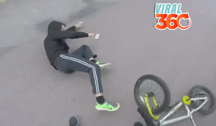 Sujeto le roba celular a anciana y un motociclista va tras él