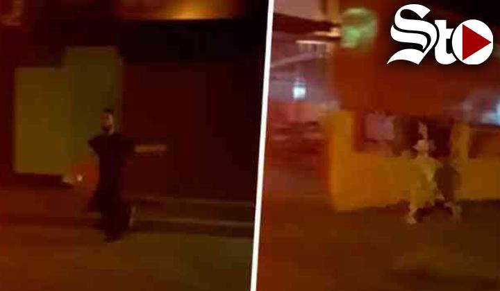Mujer corre desnuda para que su novio no vea su celular