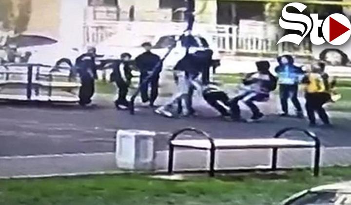 Hombre golpea a dos niños por molestar a su hijo