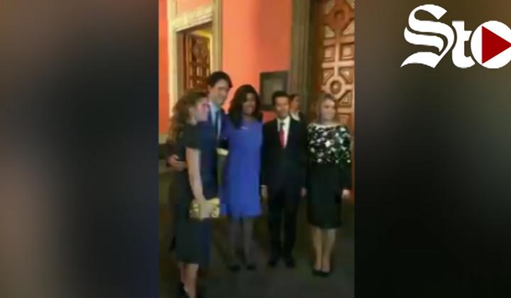 Reportera pide fotografía a Justin Trudeau