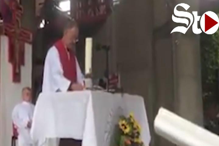 Sacerdote realiza misa al ritmo de Coldplay