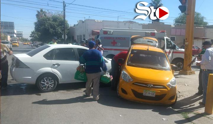 Mujer resulta lesionada al chocar contra un taxi