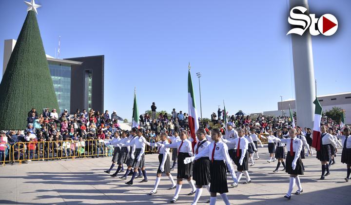 Celebran aniversario de la Revolución con desfile