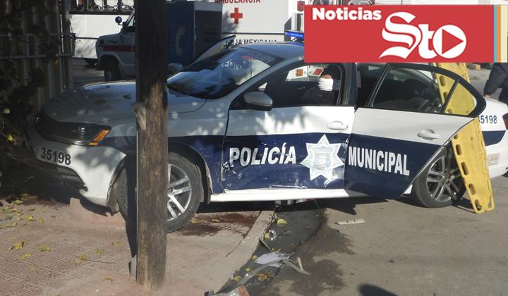Policías de Torreón se pasan un rojo y quedan prensados