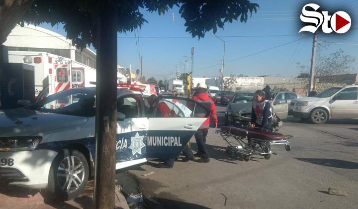 Policías de Torreón quedan prensados al provocar accidente