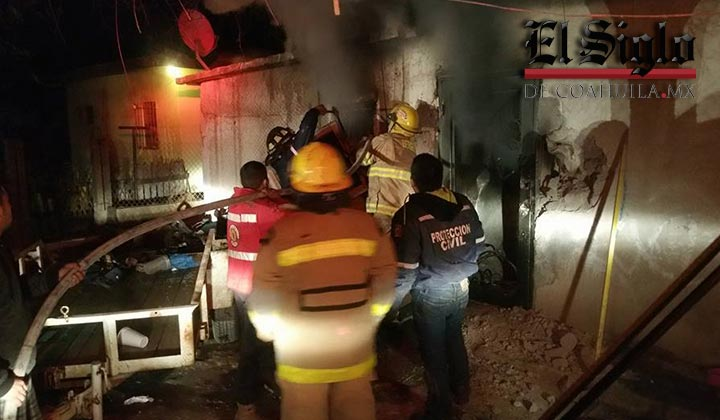 Fallece matrimonio en incendio de su casa; rescatan a 4 menores