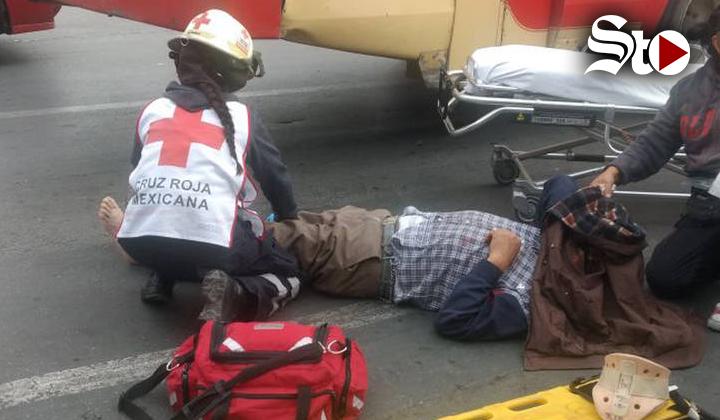 Chofer de autobús de pasajeros atropella a un vendedor de pan
