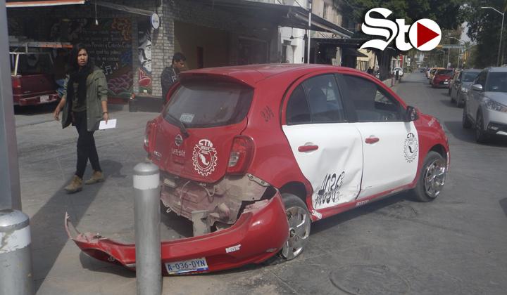 Agente de vialidad choca contra un taxi