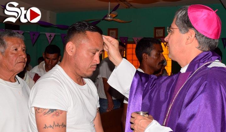 Obispo impone ceniza a reos del Cereso de Torreón
