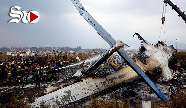 Avión comercial se estrella en Nepal; 49 muertos