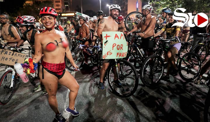 Ciclistas se quitan la ropa para hacer conciencia