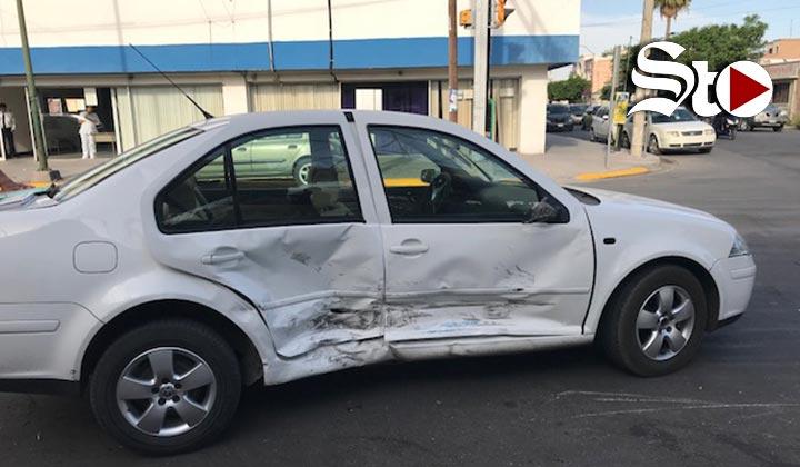 Fuerte choque en Torreón por semáforo
