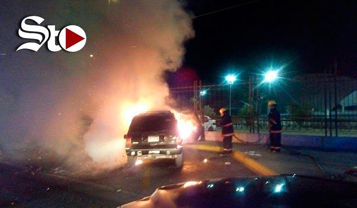 Se incendia camioneta frente al Bosque Urbano de Torreón