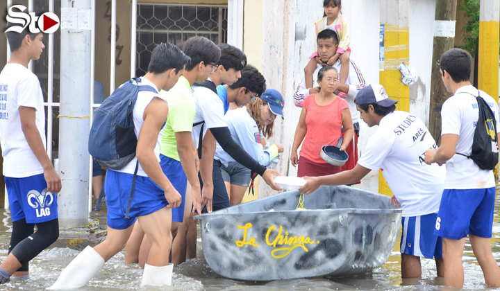 Jóvenes llevan ayuda a familias afectadas por inundaciones
