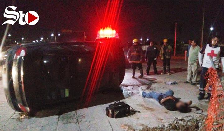 Conductor ebrio resulta lesionado tras volcadura en Torreón