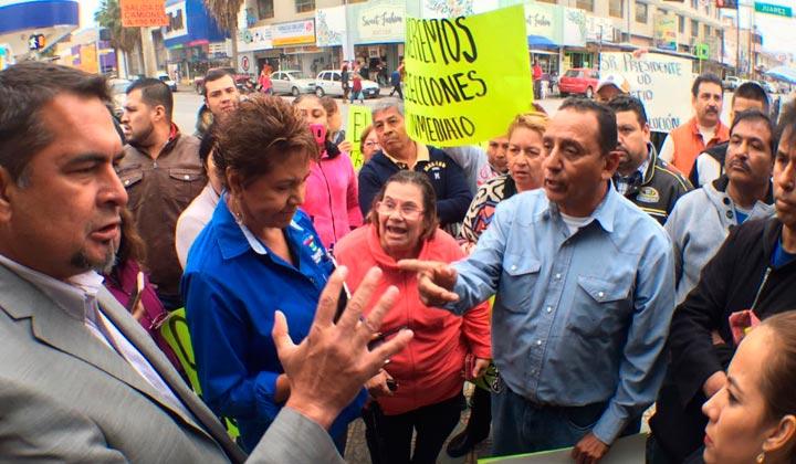 Comerciantes del Mercado bloquean avenida Juárez
