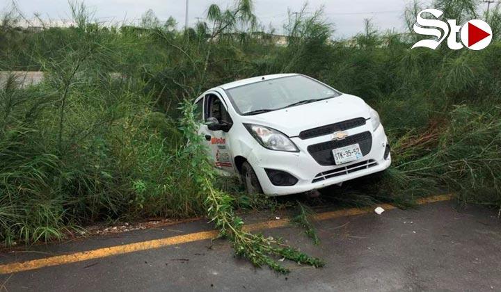 Vuelca vehículo sobre bulevar Torreón 2000