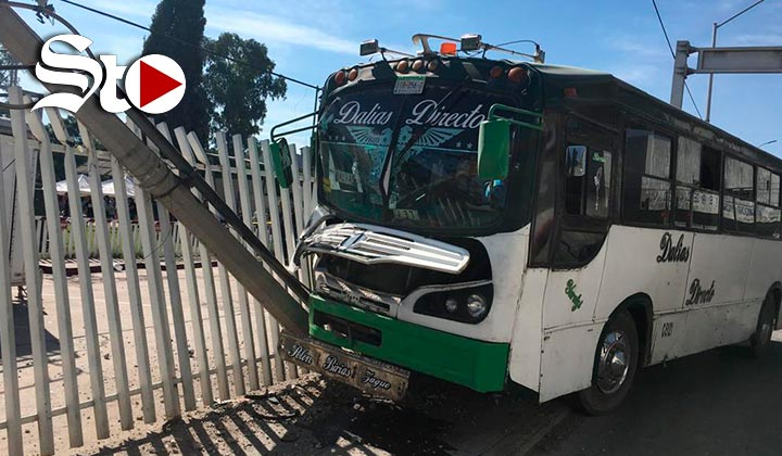 Camión de ruta se impacta contra poste en Torreón