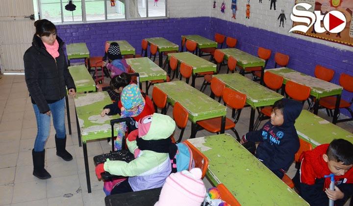 Frío ahuyenta a niños de clases en La Laguna