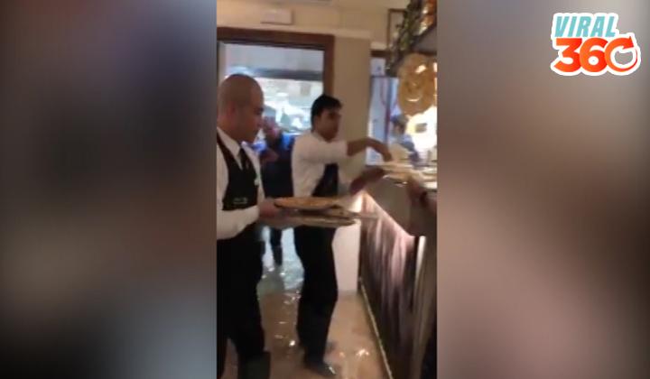 Meseros siguen atendiendo clientes con el agua hasta la rodilla