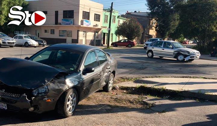 No respeta el semáforo y causa accidente vial en Torreón