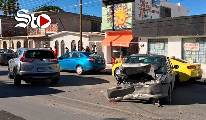 Choque en Torreón deja daños en tres vehículos