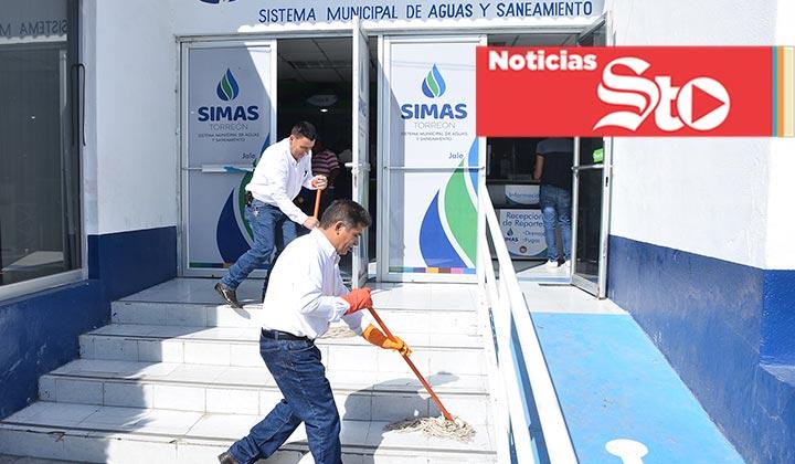 Tiran aguas negras en oficinas de SIMAS