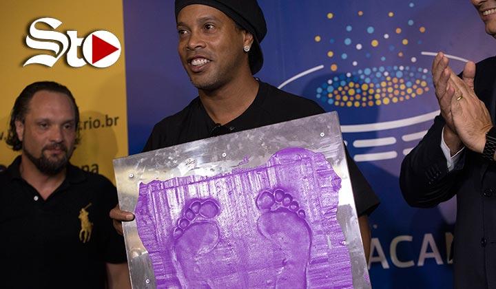 Ronaldinho pone su huella en el paso de la fama del Maracaná