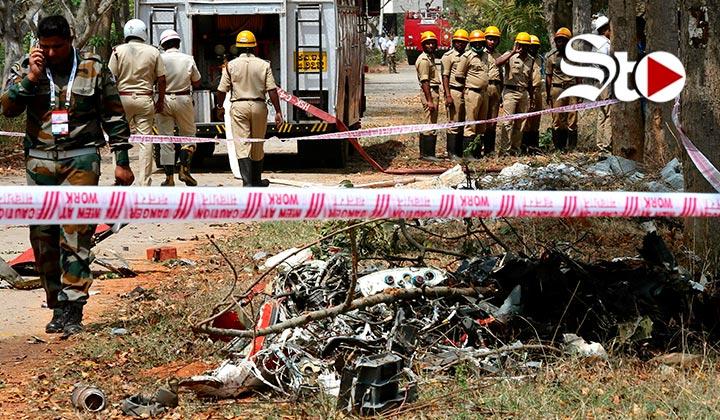 Muere piloto en choque de dos aviones acrobáticos en India