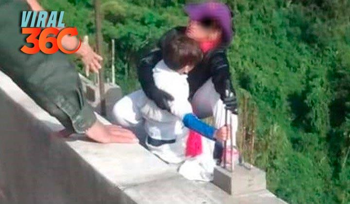 Mujer se lanza de puente con su niño