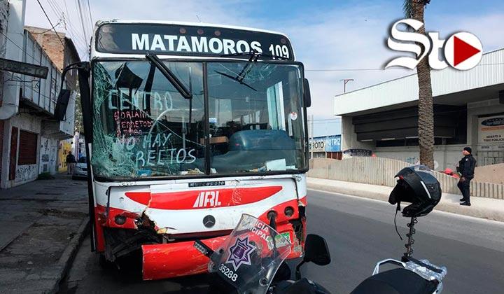 Autobús se queda sin frenos y se impacta con tres vehículos