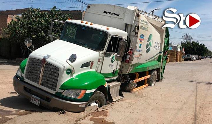 Se hunde camión recolector de basura en Torreón