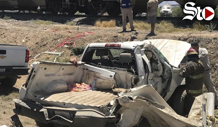 Camioneta de la CFE destrozada al intentar ganarle al tren