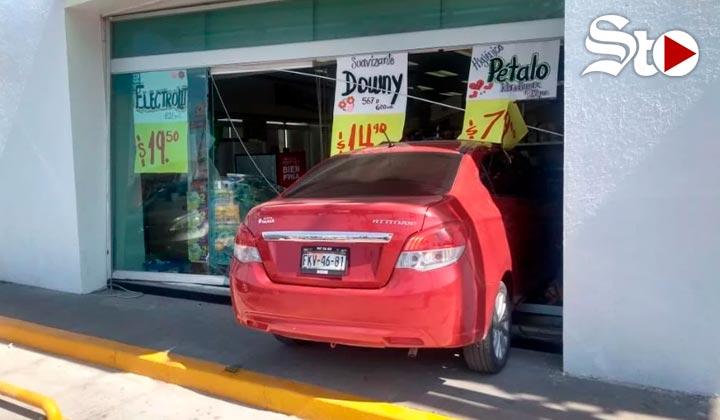 Mujer impacta su vehículo contra una farmacia en Torreón