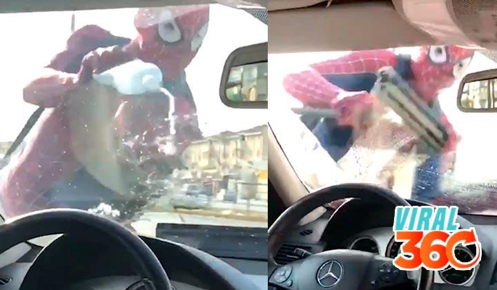Spiderman limpia parabrisas en Monterrey